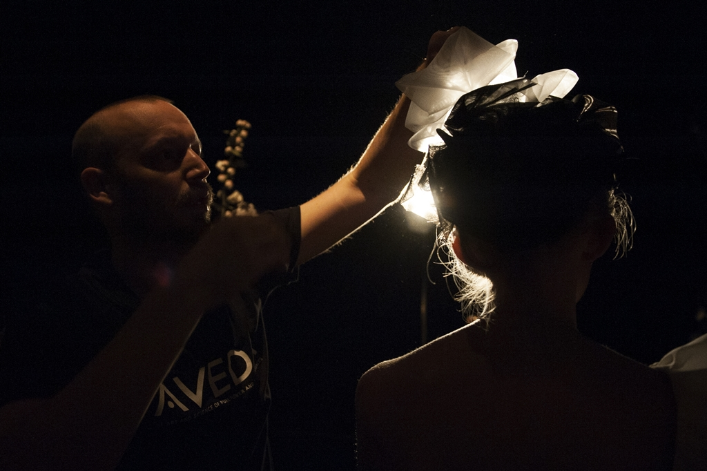 Bastian Casaretto getting the last touch for the models of Frida Weyer_photo Caroline Scharff